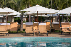 Stranden varar ordförande vid nära simbassäng i den tropiska semesterorten, Thailand Royaltyfri Foto