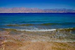 Stranden vinkar på Coral Beach i Eilat, Israel royaltyfri fotografi