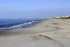 Stranderosion efter en storm Arkivbild