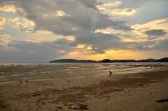 strandexponeringsfeelen ger långsamma slappa waves för solnedgång mycket Royaltyfri Foto