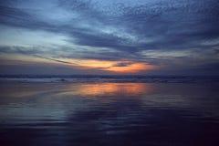 strandexponeringsfeelen ger långsamma slappa waves för solnedgång mycket Royaltyfria Bilder