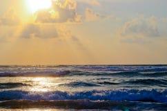 strandexponeringsfeelen ger långsamma slappa waves för solnedgång mycket arkivbild