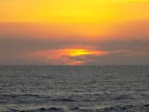 strandexponeringsfeelen ger långsamma slappa waves för solnedgång mycket Fotografering för Bildbyråer