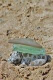 Strandexponeringsglas och Petosky sten Arkivfoto