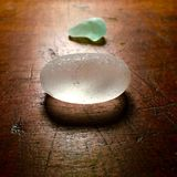 Strandexponeringsglas på den antika tabellen Royaltyfri Foto
