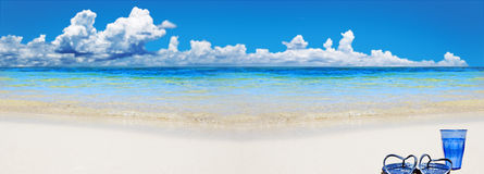 strandexponeringsglas shoes tropiskt vatten Arkivbilder