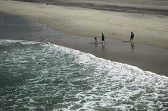 strandfamilj Fotografering för Bildbyråer