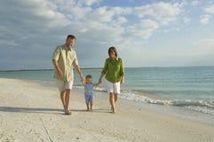 strandfamilj Arkivbild
