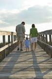 strandfamilj som går till Royaltyfria Foton