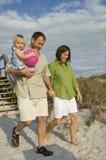 strandfamilj som går till Fotografering för Bildbyråer