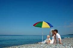 strandfamiljen sitter royaltyfria bilder