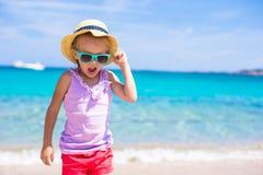Strandferien des kleinen Mädchens Stockfotos