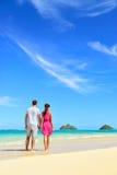 Strandferienpaare, die an den Sommerferien sich entspannen Lizenzfreies Stockfoto