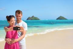 Strandferienpaare, die selfie auf Smartphone nehmen Lizenzfreies Stockbild