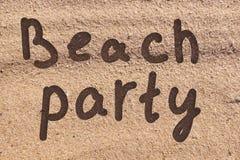 Strandfest gezeichnet auf einen Meersand stockbilder