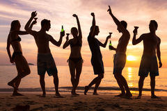 Strandfest, Gruppe junge tanzende Leute, Freunde Lizenzfreie Stockfotos