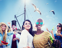 Strandfest-Zusammengehörigkeits-Freundschafts-Glück-Sommer-Konzept lizenzfreies stockbild