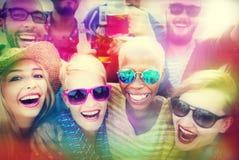 Strandfest-Zusammengehörigkeits-Freundschafts-Glück-Sommer-Konzept stockbild