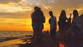 Strandfesttanzen Zeitlupeschießen stock video