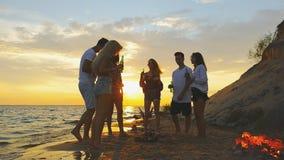 Strandfesttanzen Zeitlupeschießen stock video footage