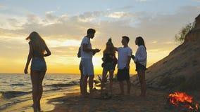 Strandfesttanzen Zeitlupeschießen stock footage