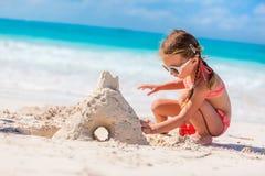 strandflicka little som leker Royaltyfri Fotografi