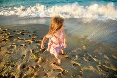 strandflicka little som leker Royaltyfri Foto