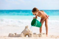 strandflicka little som leker Fotografering för Bildbyråer