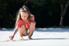 strandflicka little som leker Royaltyfri Bild