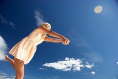 strandflicka som leker tonårs- volleyboll Arkivfoto