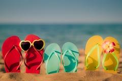 Strandflipflops auf dem Sand lizenzfreie stockfotos