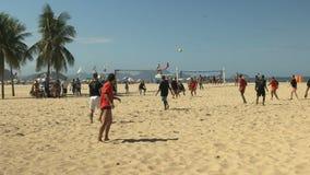 Strandfotboll som skjutas på mål på copacabanastranden i rio lager videofilmer
