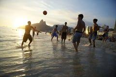 Strandfotbollbrasilianer som spelar Altinho i vågorna Royaltyfri Foto