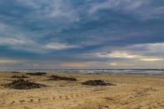 Strandfoto met blauwachtige wolken royalty-vrije stock afbeeldingen