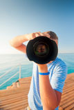 Strandfotograaf met een grote cameraclose-up Stock Afbeelding