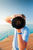 Strandfotograf med en stor kameracloseup Fotografering för Bildbyråer