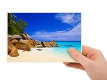 Strandfotographie in der Hand Lizenzfreies Stockfoto