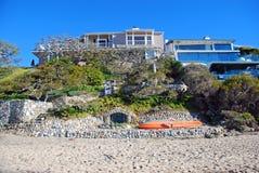 Strandframdelen returnerar i Crescent Bay, den norr Laguna Beach, Kalifornien Fotografering för Bildbyråer
