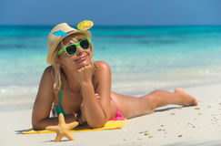 Strandfrau, die Spaß im Sommer habend lacht Stockbild