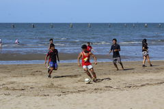 Strandfußballspiel Stockfotos