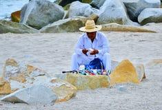 Strandgatuförsäljare som bryter på skymning royaltyfria foton