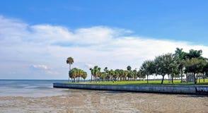 Strandgehweg mit einem Ebbeozean Lizenzfreies Stockfoto
