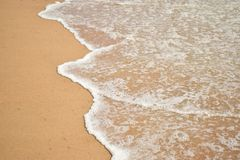 Strandgolven bij goa condolim royalty-vrije stock fotografie