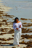 strandgravid kvinna royaltyfri bild