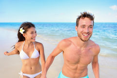 Strandgyckel - lyckligt förälskat skratta för par Royaltyfri Bild