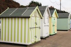 Strandhütten Küste Großbritannien lizenzfreie stockbilder