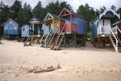 Strandhütten in Vertiefung-folgend-d-Meer Stockbilder