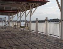Strandhamn, härlig terrass och balkong med en skugga av solljus bredvid Chao Praya River Thailand fotografering för bildbyråer