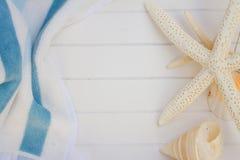 Strandhanddoek en zeeschelpenkader Royalty-vrije Stock Fotografie