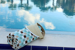 Strandhanddoek en zonneklep Stock Foto